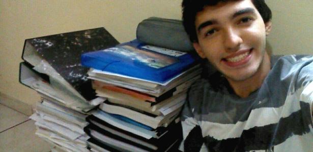 Matheus Alpaccino Vale de Castro, 21, fez um selfie ao lado do material de estudo - Arquivo pessoal
