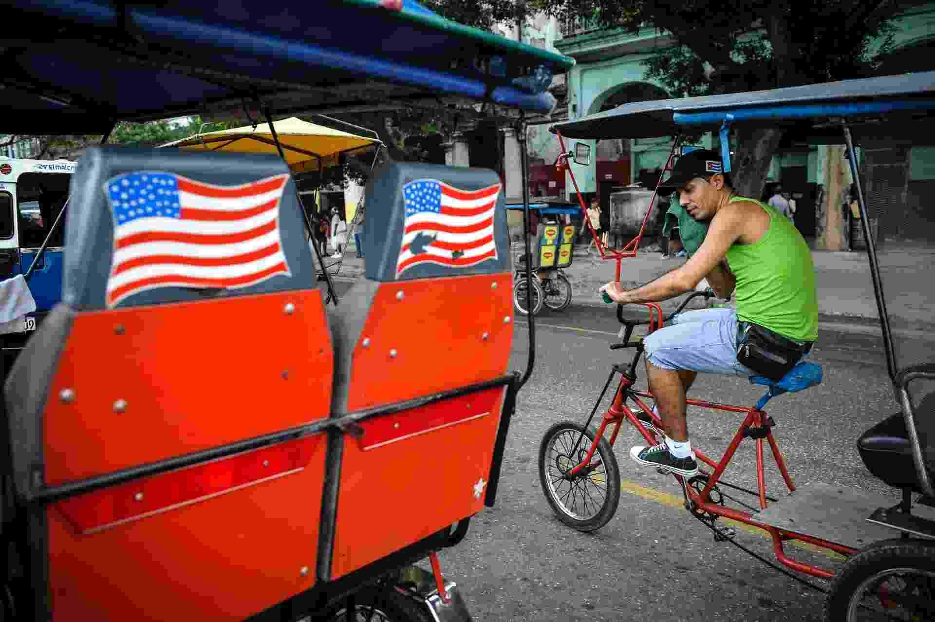 26.jan.2015 - Bandeiras dos Estados Unidos adornam um riquixá em Havana, Cuba - Yamil  Lage/AFP