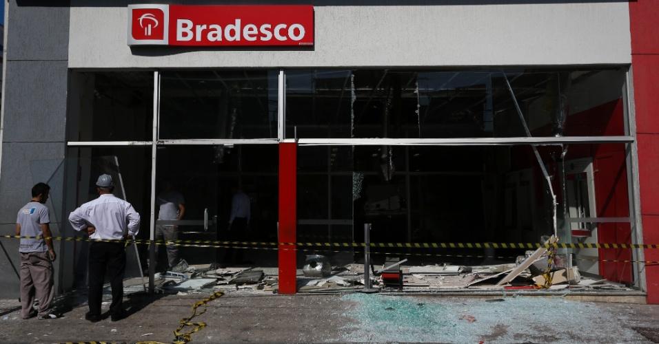 3.fev.2015 - Caixas eletrônicos de uma agência do banco Bradesco, localizada na estrada das Lágrimas, na região do Heliópolis, na zona sul de São Paulo, foram explodidos por ladrões, na madrugada desta terça-feira (3)