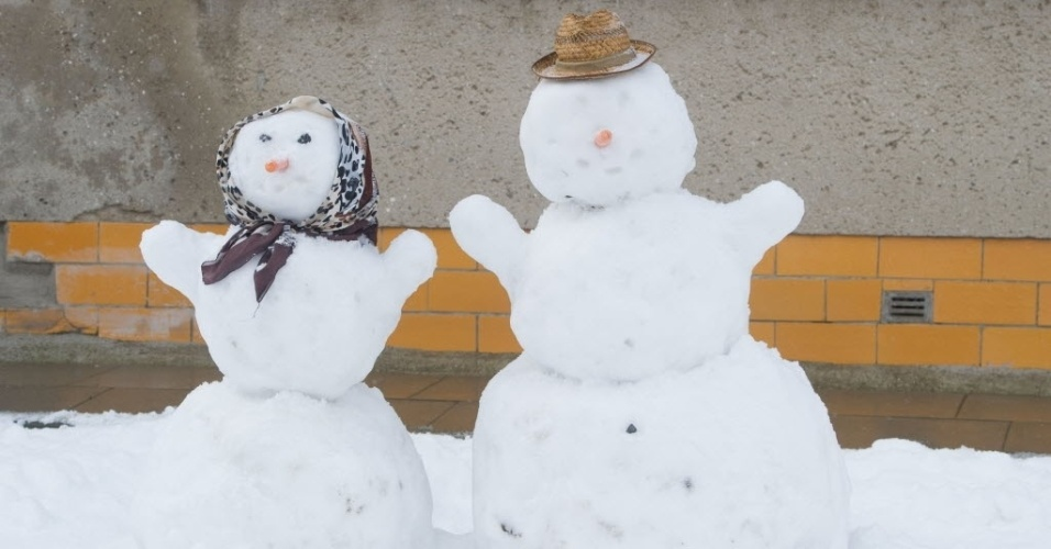 3.fev.2015 - Casal de bonecos de neve enfeita calçada nesta terça-feira (3) em Wolgast, na Alemanha