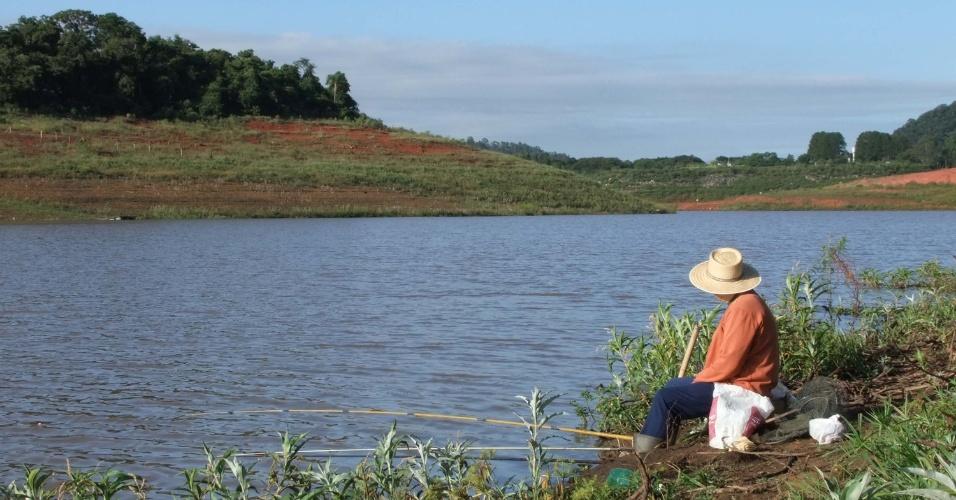 3.fev.2015 - Homem pesca no rio Jaguari, em Vargem (SP), na manhã desta terça-feira (3). O rio, que também é chamado de Terra Vermelha, faz parte do sistema Cantareira, que após 38 dias registrou um aumento em seu nível. O índice subiu de 5% para 5,1%