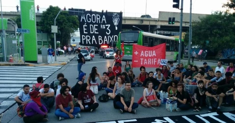 3.fev.2015 - Manifestantes encerram ato contra o aumento da tarifa do transporte público no bairro de Pirituba, na zona sul de São Paulo, nesta terça-feira (3), prometendo novo protesto para esta quarta-feira (4). Com um número de pessoas bem inferior ao de protestos anteriores, o MPL (Movimento Passe Livre) realiza ao menos duas passeatas contra o aumento das passagens de ônibus, metrô e trem na cidade de São Paulo
