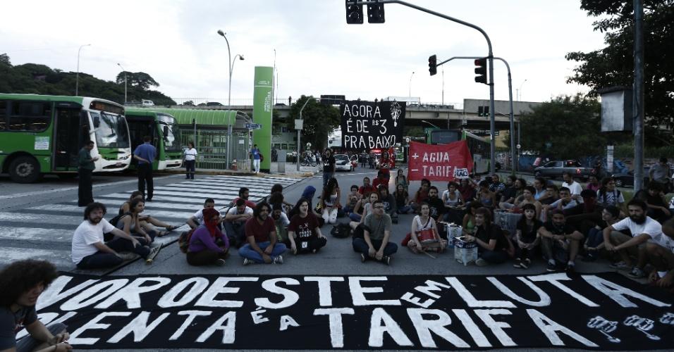 3.fev.2015 - Manifestantes protestam contra o aumento da tarifa do transporte público no bairro de Pirituba, na zona sul de São Paulo, nesta terça-feira (3). Com um número de pessoas bem inferior ao de protestos anteriores, o MPL (Movimento Passe Livre) realiza ao menos duas passeatas contra o aumento das passagens de ônibus, metrô e trem na cidade de São Paulo