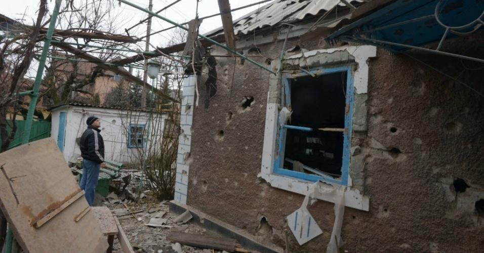 3.fev.2015 - Morador observa casa destruída na cidade ucraniana de Donetsk, nesta terça-feira (3). Pelo menos 16 civis foram mortos em combates entre forças do governo e separatistas pró-Rússia em todo leste da Ucrânia, ao longo das últimas 24 horas