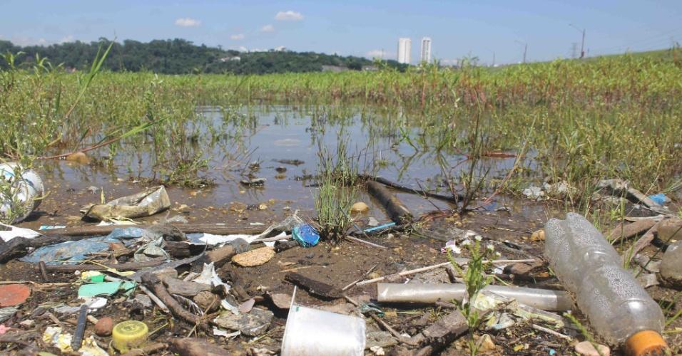 3.fev.2015 - Seca revela lixo na represa de Guarapiranga, na zona sul de São Paulo (SP), nesta terça-feira (3). Segundo a Sabesp (Companhia de Saneamento Básico do Estado de São Paulo), o índice da represa se manteve estável em 47,9%, já o do sistema Cantareira subiu de 5% para 5,1%