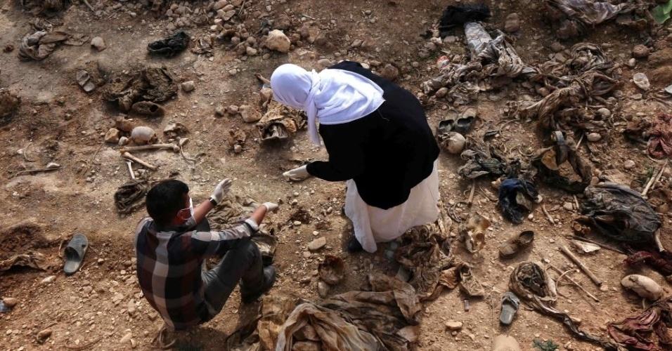 Membros da minoria Yazidi procuram por pistas em vala comum próxima da aldeia iraquiana de Sinuni, a noroeste de Sinjar, no Iraque, que levem a informações sobre parentes desaparecidos. Há suspeita de que os 25 corpos encontrados no local por forças curdas seja de curdos mortos pelo Estado Islâmico