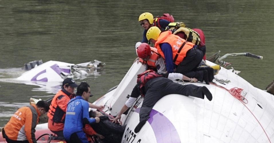 Bebê é resgatado com vida de rio após queda de avião