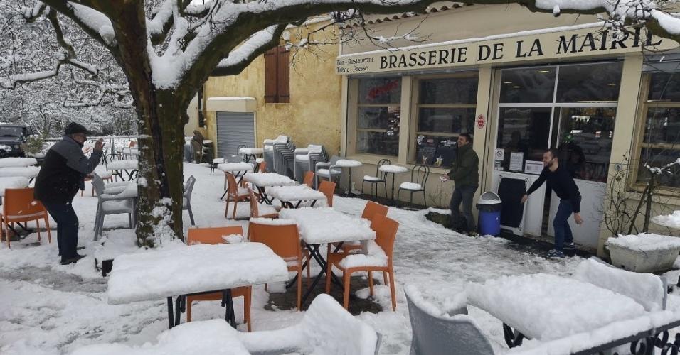 4.fev.2015 - Homens brincam com neve em um terraço em Marselha, na França. O inverno no hemisfério Norte vai até o final de fevereiro