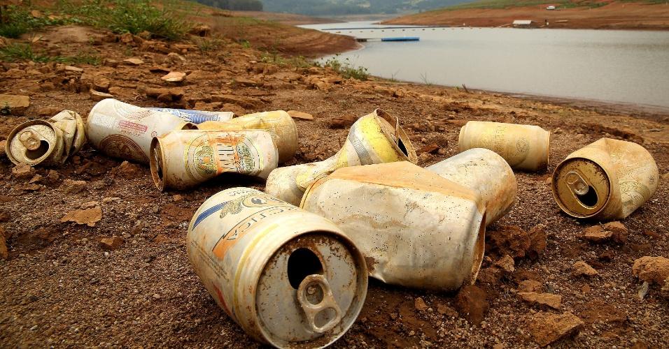 4.fev.2015 - Latas de alumínio se amontoam sobre o solo durante a seca que atinge a represa Jaguari-Jacareí na cidade de Bragança Paulista (SP), nesta quarta-feira (4). O nível do sistema Cantareira, principal manancial de São Paulo, subiu pela segunda vez seguida, segundo relatório da Sabesp (Companhia de Saneamento Básico do Estado de São Paulo). Em 2015, esse é o segundo registro de alta do reservatório, que opera com 5,2% da capacidade: 0,1 ponto porcentual a mais do que no dia anterior, quando estava com 5,1%