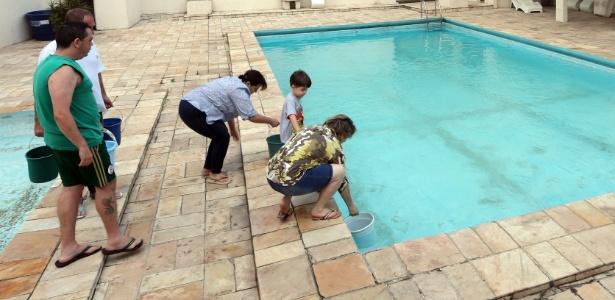 Moradores de um condomínio na Saúde levam água da piscina para os apartamentos - J. F. Diorio