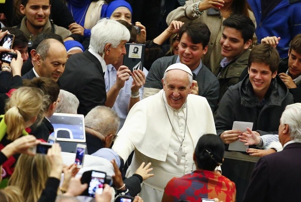 4.fev.2015 - Papa Francisco cumprimenta fiéis nesta quarta-feira (4) ao chegar para liderar audiência geral no Vaticano