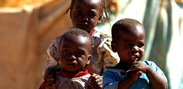 Crianças chegam a um acampamento de refugiados, perto de El Fasher, em Darfur do Norte, no Sudão