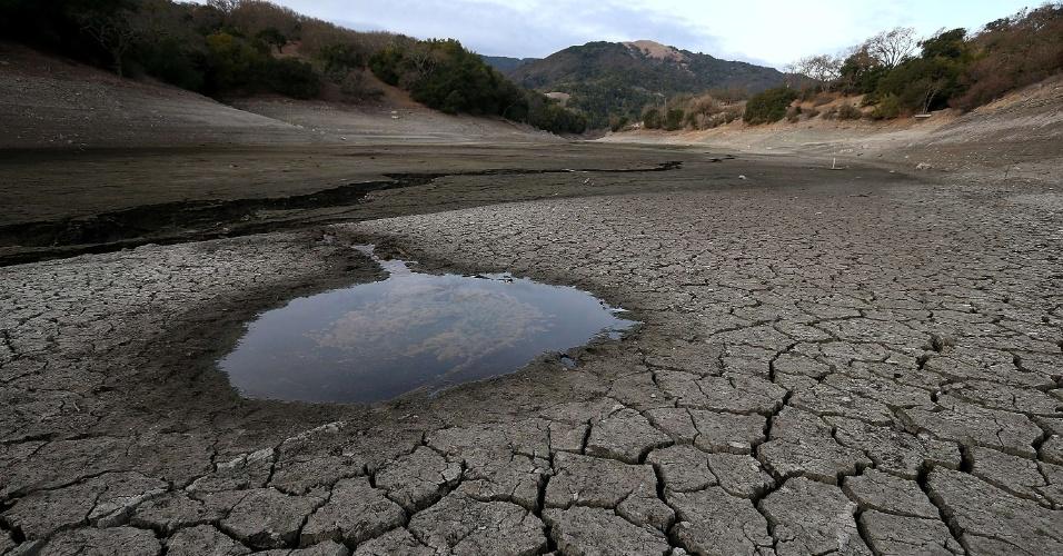 28.jan.2014 - Poça de água se destaca em meio ao solo seco e rachado no fundo da represa Alamden em San Jose, na California, EUA. Este é o terceiro ano consecutivo de seca e a Califórnia registrou seu ano mais seco em 119 anos. Os reservatórios espalhados por todo Estado estão com níveis muito baixos