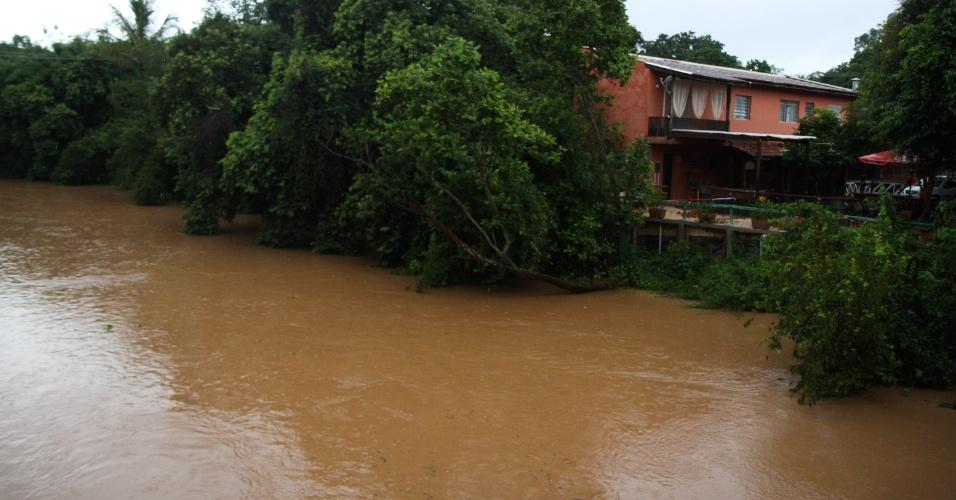 5.fev.2015 - A cidade de Campinas, no interior de São Paulo, registrou 20% do volume de chuva previsto para o mês de fevereiro nas últimas 72 horas. Segundo o Cepagri (Centro de Pesquisas Meteorológicas e Climáticas Aplicadas à Agricultura), até as 18h choveu 43,1 mm, no ponto de medição no distrito de Barão Geraldo, dos 215,9 mm esperados para o período. Com a chuva a vazão do rio Atibaia que abastece a cidade aumentou