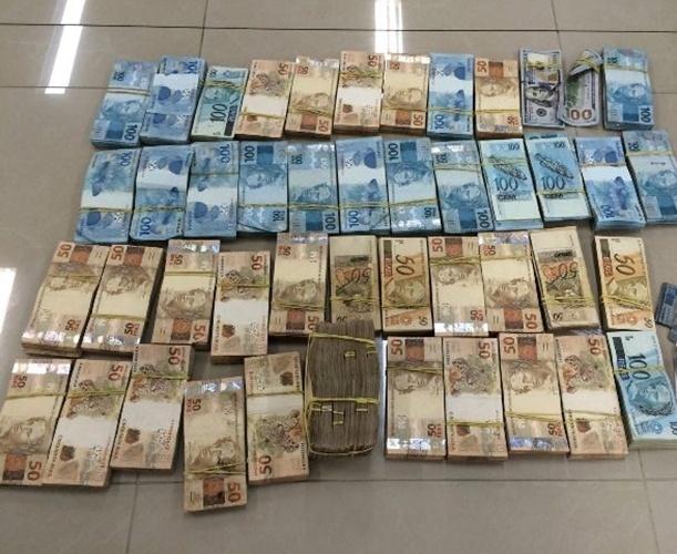5.fev.2015 - A Polícia Federal apresentou o balanço parcial da nona fase da operação Lava Jato. Na imagem, dinheiro apreendido em uma das empresas investigadas