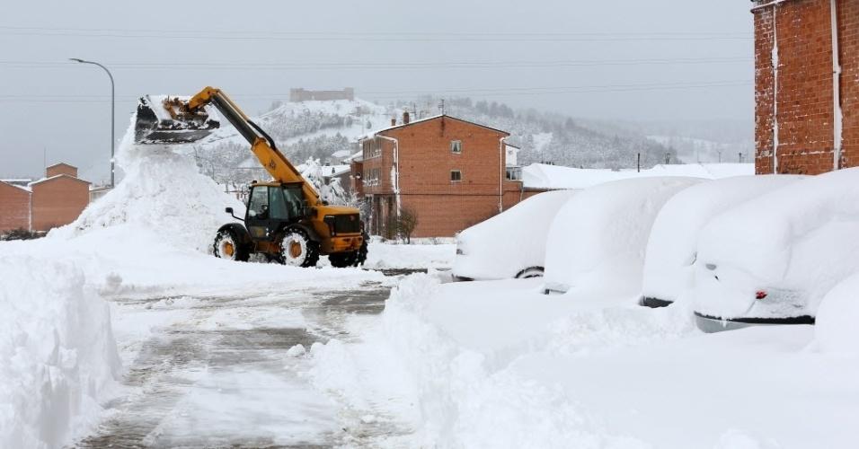 5.fev.2015 - Equipamentos pesados são usados para limpar uma rua após uma forte nevasca em Aguilar de Campoo, na Espanha