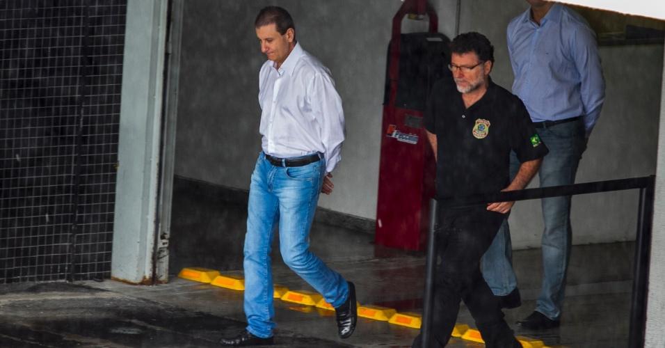 5.fev.2015 - O doleiro Alberto Youssef (à esquerda) deixa a Superintendência da Polícia Federal em Curitiba (PR), para mais um depoimento na Justiça Federal do Paraná. Preso pela PF desde 17 de março de 2014, Youssef é acusado de participar de um esquema de lavagem de dinheiro que pode ter movimentado ilegalmente R$ 10 bilhões