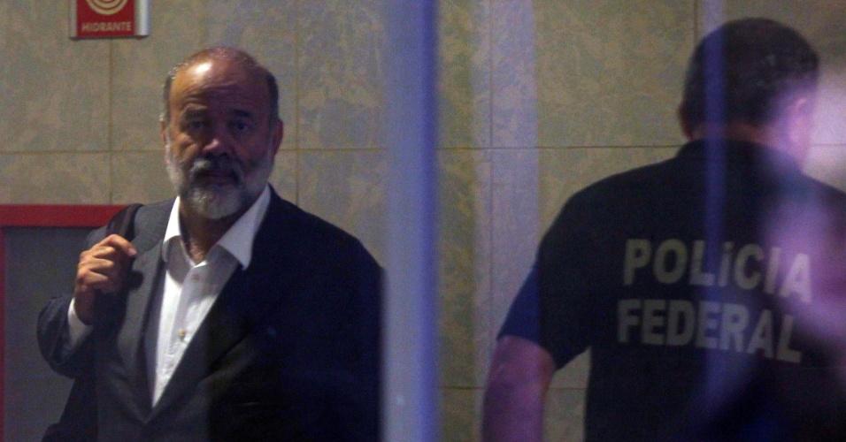 5.fev.2015 - O tesoureiro do PT, João Vaccari Neto, chega à Superintendência Regional da Polícia Federal (PF) na Lapa, zona oeste de São Paulo, na manhã desta quinta-feira (5), durante a nona fase da Operação Lava Jato. O tesoureiro foi citado em depoimentos da investigação, entre eles os prestados pelo doleiro Alberto Youssef, como operador do esquema de corrupção na Petrobras, que envolvia repasses de recursos desviados de grandes obras da estatal para o partido
