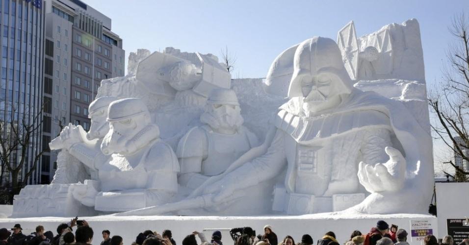 5.fev.2015 - Visitantes tiram foto de uma escultura de neve com o tem a