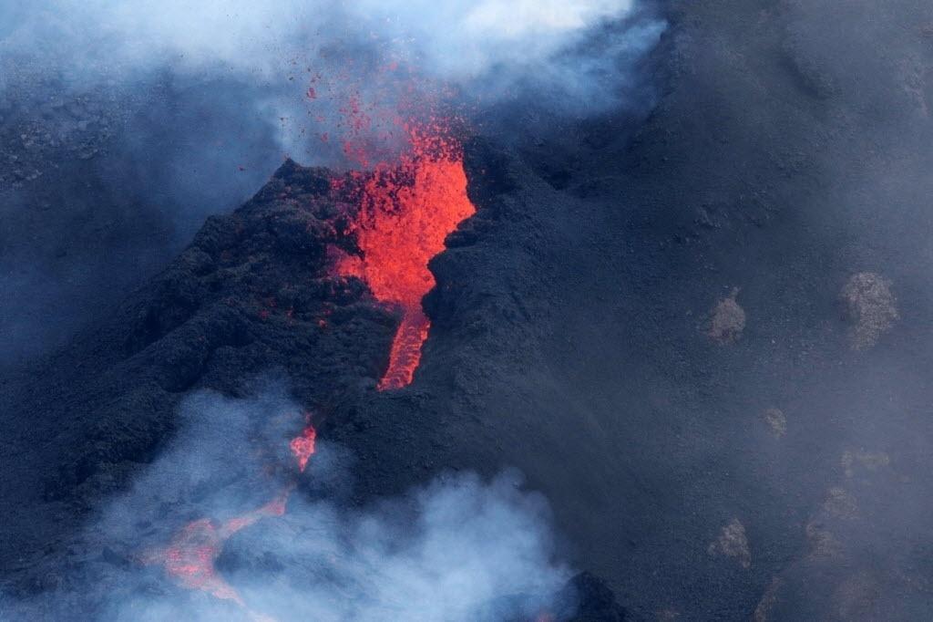 5.fev.2015 - Vulcão Piton de la Fournaise, na ilha francesa Reunion, mostra intensa atividade nesta quinta-feira (5)