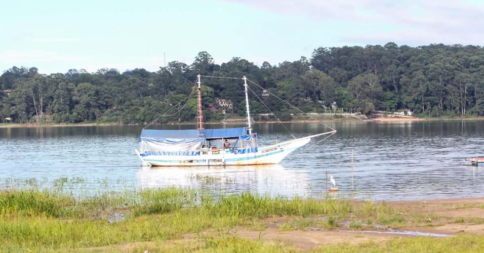 6.fev.2015 - Barco navega na represa do Guarapiranga, na zona sul de São Paulo, nesta sexta-feira (6). O nível da represa teve um ligeiro aumento devido às chuvas registradas nos últimos dias