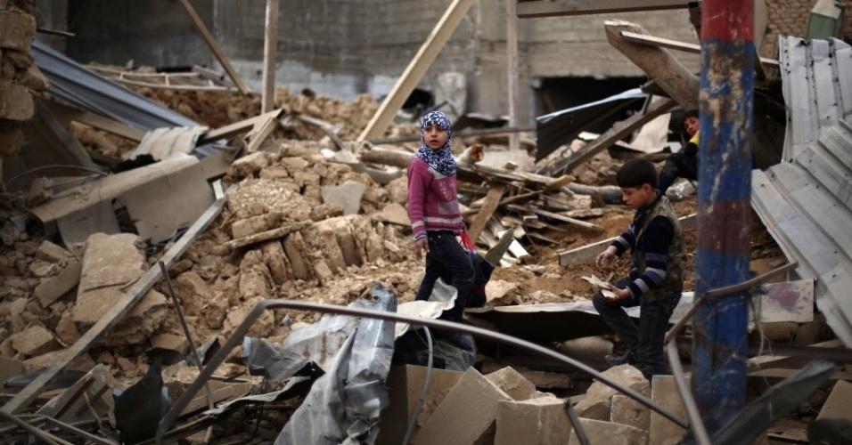 6.fev.2015 - Crianças sírias andam sobre os escombros de prédios destruídos após ataques aéreos das forças de Bashar Assad na área controlada pelos rebeldes de Douma, a nordeste da capital Damasco, nesta sexta-feira (6). Dezenas de ataques do governo da Síria na região de Ghouta mataram pelo menos 82 pessoas, segundo o Observatório Sírio para os Direitos Humanos