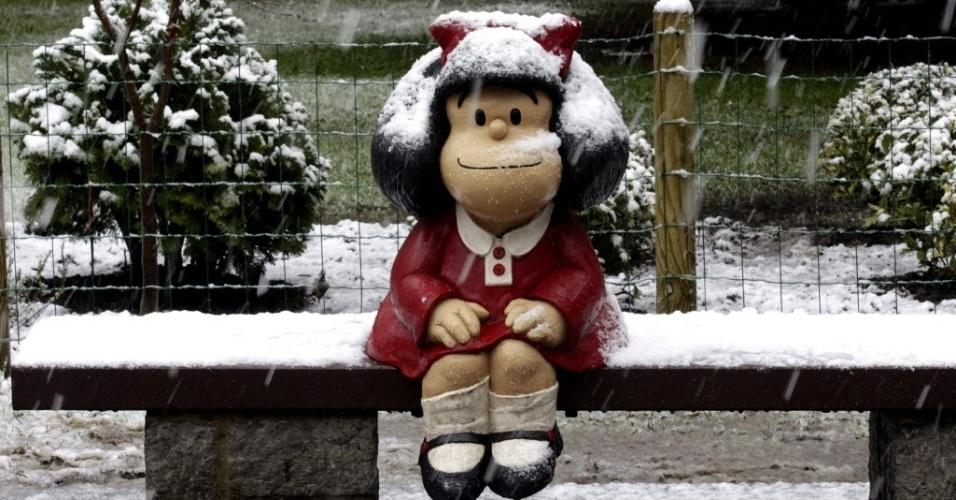 6.fev.2015 - Escultura da Mafalda, personagem de quadrinhos do argentino Quino, fica coberta de neve no parque de San Francisco de Oviedo, na Espanha, nesta sexta-feira (6). Fortes nevascas castigaram na quarta e na quinta-feira o norte da Espanha, bloqueando estradas e vias férreas