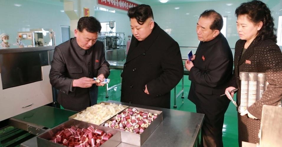 6.fev.2015 - Esta foto sem data definida, o ditador da Coreia do Norte, Kim Jong-Un (ao centro), visita uma fábrica de cosméticos em Pyongyang. A imagem foi divulgada nesta sexta-feira (6) pela agência de notícias norte-coreana KCNA