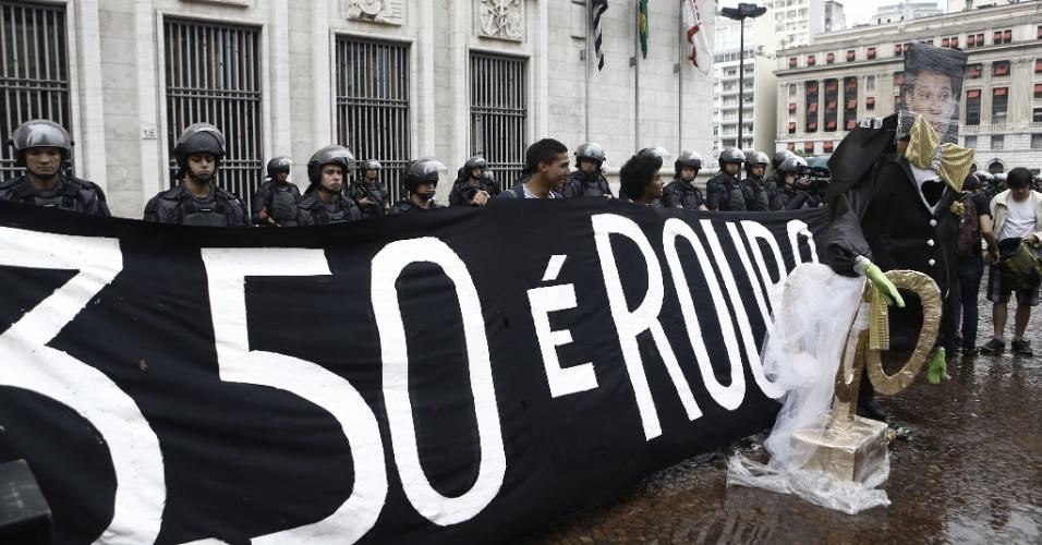 6.fev.2015 - Integrantes do MPL (Movimento Passe Livre) fazem sétimo ato contra o aumento da tarifa do transporte público em São Paulo na frente da Prefeitura de São Paulo, nesta sexta-feira (6)