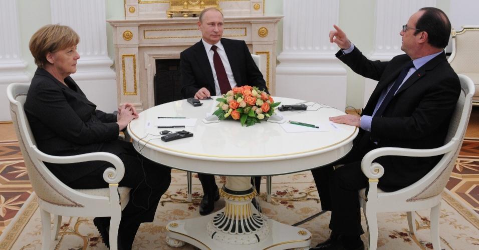 6.fev.2015 - O presidente russo, Vladmir Putin (ao centro), conversa com o presidente da França, François Hollande, e a chanceler alemã, Angela Merkel, em Moscou, nesta sexta-feira (6). A reunião tratou da crise na Ucrânia, em uma tentativa de encontrar uma solução pacífica para o conflito armado na Ucrânia