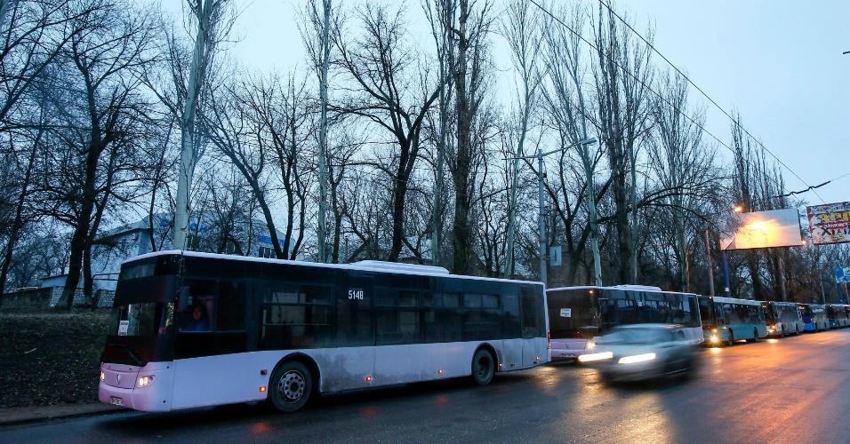 6.fev.2015 - Ônibus vazios, destinados a civis desabrigados da vila ucraniana de Debaltseve, são estacionados ao longo de estrada próxima, enquanto aguardam para evacuar os moradores da cidade, controlada por tropas governistas, mas cercada por separatistas russos que avançam em direção ao povoado no leste da Ucrânia
