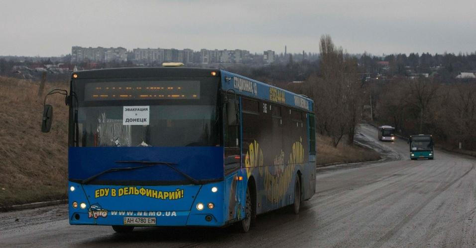 6.fev.2015 - Ônibus vazios, destinados à evacuação de civis desabrigados da vila ucraniana de Debaltseve, são conduzidos à cidade, controlada por tropas governistas, mas cercada por separatistas russos que avançam em direção ao povoado no leste da Ucrânia