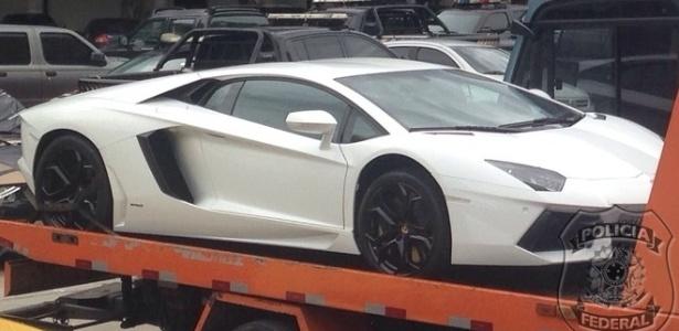 Lamborghini que já ficou exposto na sala do empresário é levado pelo reboque da polícia - Polícia Federal/Divulgação