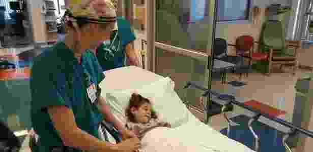 A menina Júlia Marcheti Ferraz é levada para a sala de cirurgia no Saint Louis Children