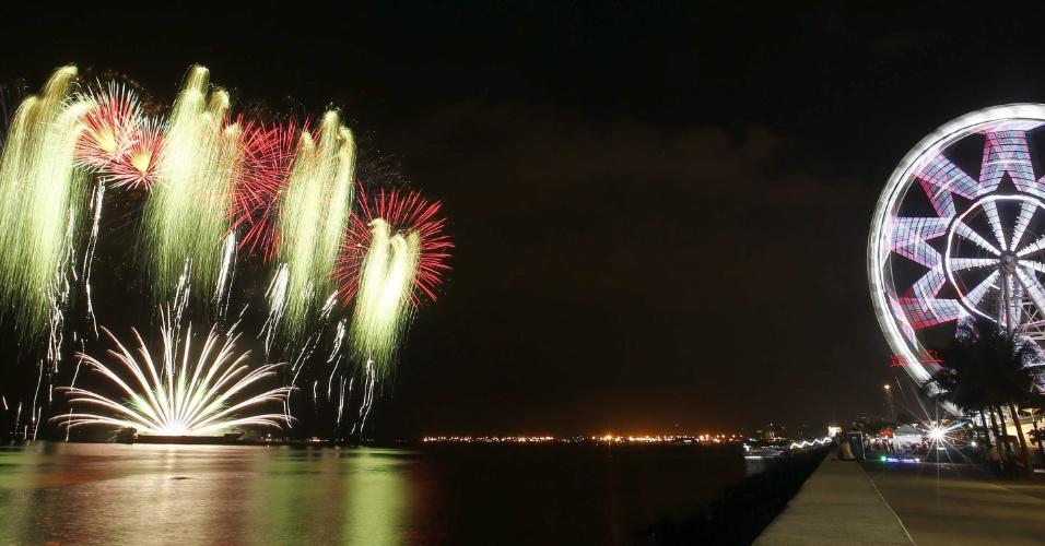 7.fev.2015 - Fogos de artifício iluminam o céu de Pasay, nas Filipinas, durante o 6º Concurso Internacional Piromusical. Disputam o título dessa edição equipes do Japão, Itália, Brasil, México, Holanda, Portugal, Suécia, Canadá, Reino Unido, Filipinas e China