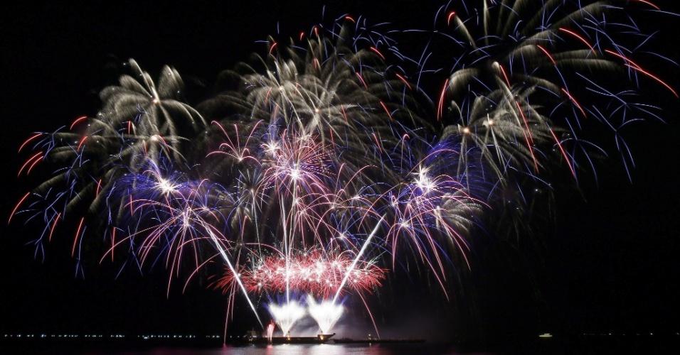 7.fev.2015 - Fogos de artifícios iluminam o céu de Pasay, nas Filipinas, durante o 6º Concurso Internacional Piromusical. Disputam o título dessa edição equipes do Japão, Itália, Brasil, México, Holanda, Portugal, Suécia, Canadá, Reino Unido, Filipinas e China