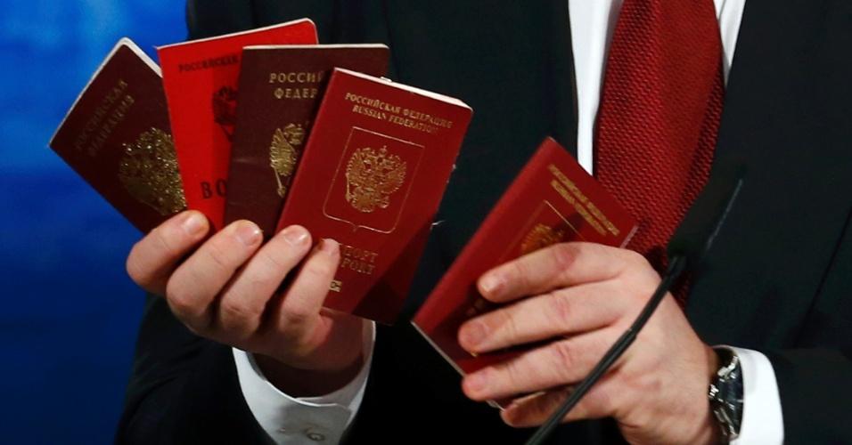 7.fev.2015 - O presidente ucraniano, Petro Poroshenko, mostrou vários passaportes de soldados russos que teriam entrado na Ucrânia para provar