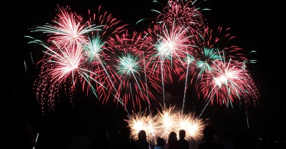 7.fev.2015 - Pessoas assistem a show de fogos de artifício durante o 6º Concurso Internacional Piromusical, realizado em Pasay, nas Filipinas. Ao todo, 11 países (Filipinas, Japão, Itália, Brasil, México, Holanda, Portugal, Suécia, Canadá, Reino Unido e China) disputam a competição