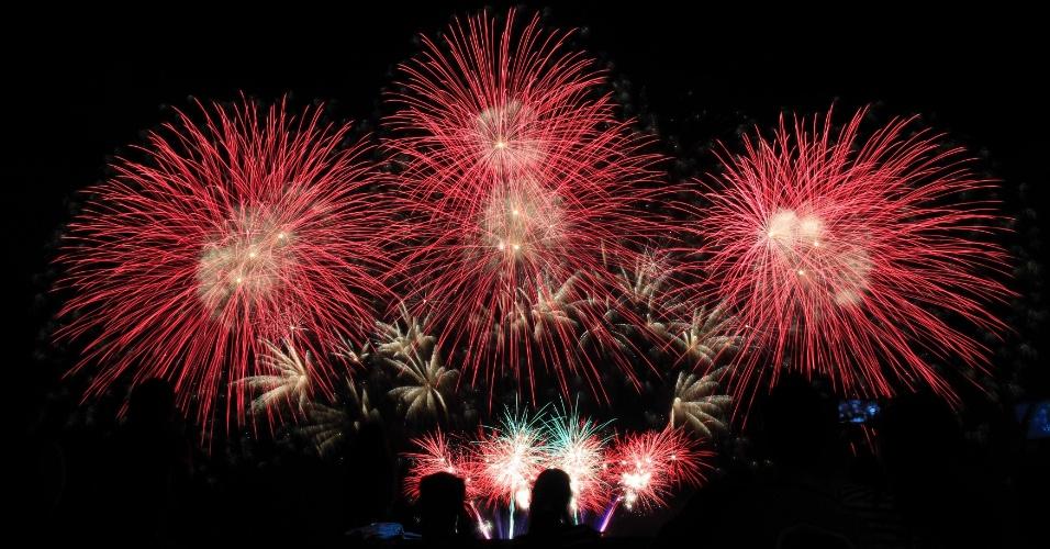 7.fev.2015 - Pessoas assistem a show de fogos de artifício durante o 6º Concurso Internacional Piromusical, realizado em Pasay, nas Filipinas. Ao todo, 11 países [Filipinas, Japão, Itália, Brasil, México, Holanda, Portugal, Suécia, Canadá, Reino Unido e China] disputam a competição