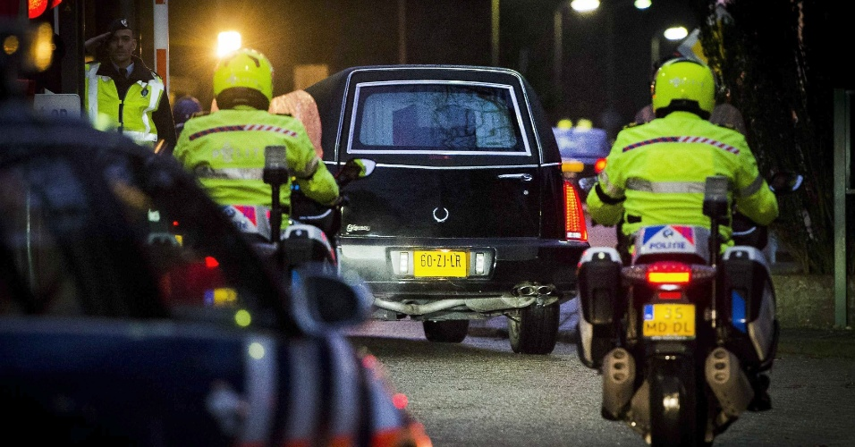 7.fev.2015 - Restos de holandeses, vítimas do acidente de avião MH17, chegam de van em Hilversum, na Holanda, para serem identificados pelas autoridades do país