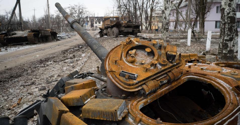 7.fev.2015 - Tanque destruído é largado por rua da cidade de Vuglegirsk, na região de Donets, no leste da Ucrânia. As autoridades ucranianas afirmaram que há razões para ser otimista sobre um acordo de paz com a Ucrânia, mas também alertou contra iniciativas para armar o exército de Kiev, e culpou os Estados Unidos e a Europa por