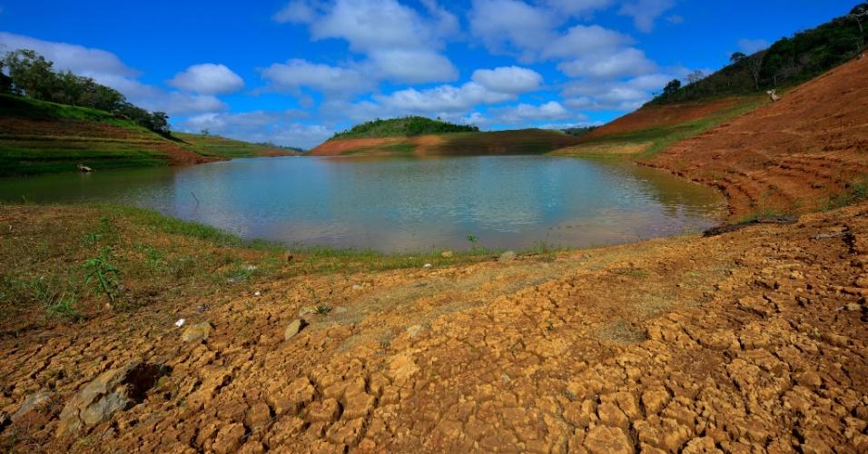 8.fev.2015 - Imagem deste domingo (8) da represa do Jaguari, em São José dos Campos, que faz parte do sistema CESP (Companhia Energética de São Paulo), que apresentou aumento do nível nesta semana devido às chuvas na região