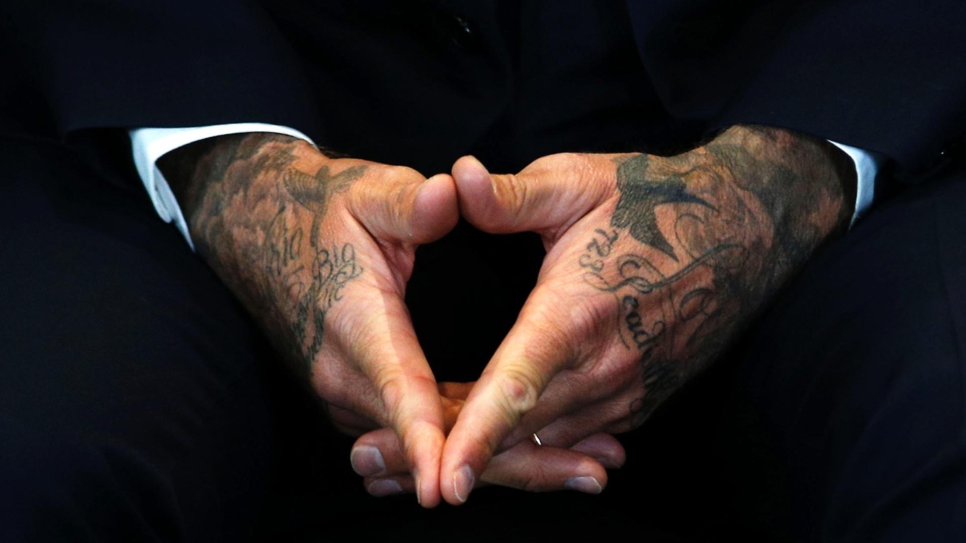 9.fev.2015 - Detalhe das mãos do ex-jogador de futebol David Beckham durante um evento para marcar seus 10 anos como Embaixador da Boa Vontade da UNICEF, em Londres, na Inglaterra