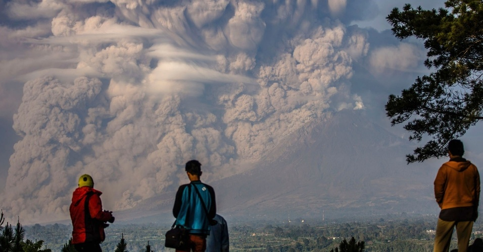 9.fev.2015 - Moradores da província de Sumatra observam o vulcão no Monte Sinabung expelir cinzas durante uma erupção em Karo, na Indonésia