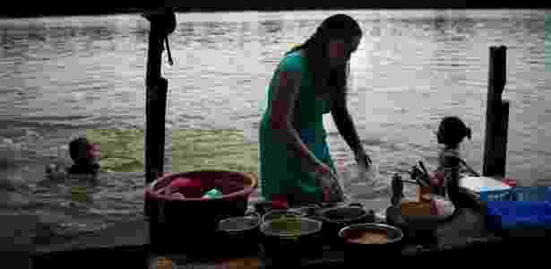 Ribeirinhos de Pimental vivem em integração com o Tapajós: hábito de lavar a louça no rio ajuda a atrair os peixes - Divulgação/Agência Pública