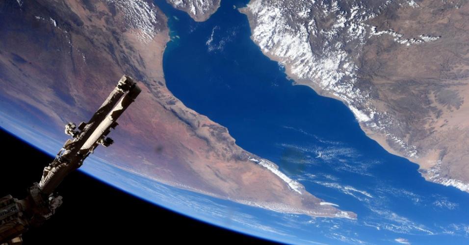 """9.fev.2015 - A astronauta da ESA (Agência Espacial Europeia) Samantha Cristoforetti registrou esta imagem da ISS (Estação Espacial Internacional, sigla em inglês) e a postou em uma rede social em 30 de janeiro de 2015. Samantha escreveu """"Um sobrevoo espetacular do Golfo de Aden e no Chifre da África #HelloEarth"""""""