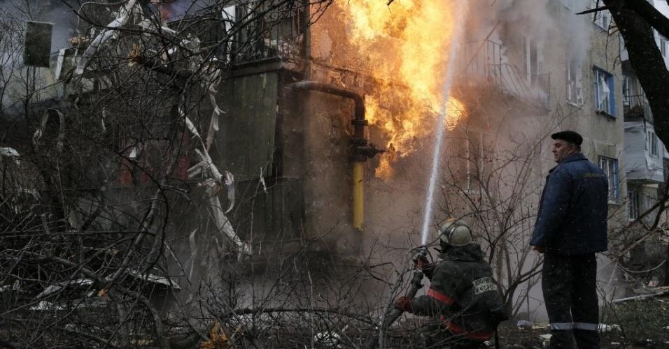 9.fev.2015 - Bombeiro combate nesta segunda-feira (9) um incêndio em um prédio residencial que foi danificado por um recente bombardeio na periferia de Donetsk, no leste da Ucrânia. Dezesseis pessoas, nove soldados e sete civis, morreram em combates com separatistas pró-Rússia nas últimas 24 horas, anunciaram as autoridades ucranianas