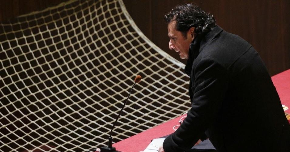 9.fev.2015 - O capitão do cruzeiro Costa Concordia, Francesco Schettino, chega nesta segunda-feira (9) ao tribunal para seu julgamento em Grosseto, na Itália. Acusado de causar a morte de 32 pessoas no naufrágio do cruzeiro em 2012, ele deve receber o veredicto nos próximos dias