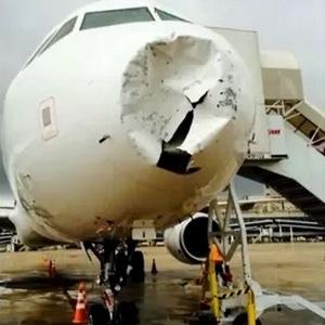 Parte frontal da aeronave foi amassada pela chuva de granizo - Reprodução/TV Globo