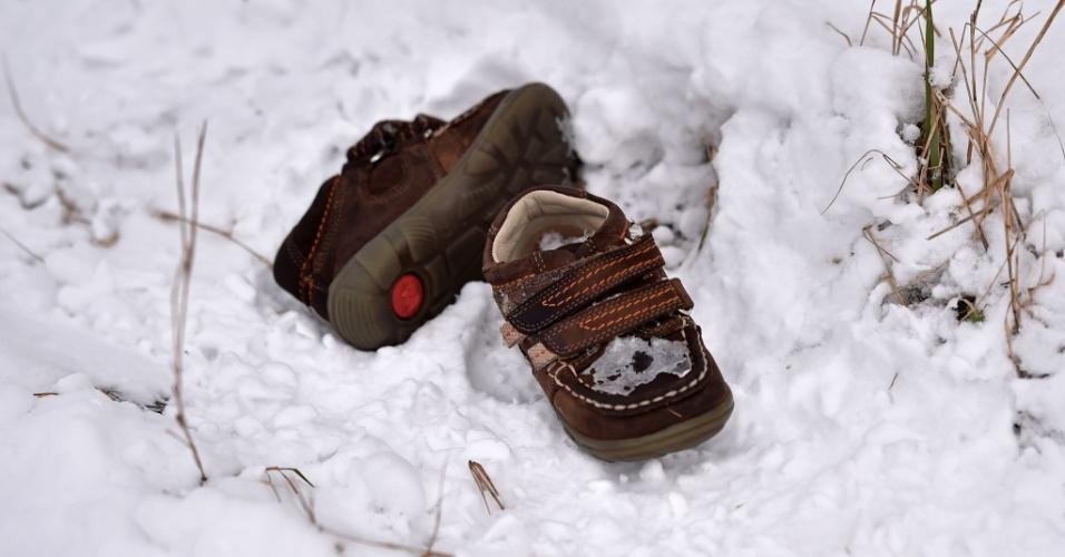 9.fev.2015 - Um par de sapatos pertencentes a uma criança aparece abandonado em um campo coberto pela neve no norte do vilarejo sérvio de Backi Vinogradi, próximo à fronteira com a Hungria, nesta segunda-feira (9)